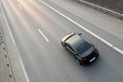 Fahrzeug-Fahren auf Landstraße stockbild