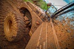 Fahrzeug geplätschert im Schlamm Stockbild