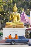 Fahrzeug mit Mönchen nahe Thailändisch-chinesischem Tempel, Thailand Stockbild