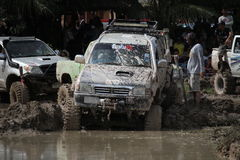 Fahrzeug 4x4Offroad fährt Motor- 4wd aufwärts aus Wasser heraus und Stockbild