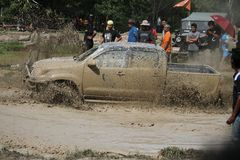 Fahrzeug 4x4Offroad fährt Motor- 4wd aufwärts aus Wasser heraus und Lizenzfreie Stockfotos