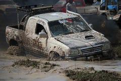 Fahrzeug 4x4Offroad fährt Motor- 4wd aufwärts aus Wasser heraus und Stockfotografie