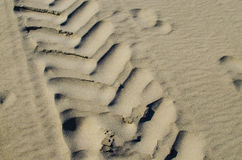 Fahrzeugabdruck auf Sand ist ein natürlicher Hintergrund Stockbilder