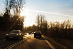Fahrzeugauf Landstraße schnell fahren Stockbilder