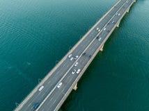 Fahrzeuge auf Brücke über Wasser stockfoto