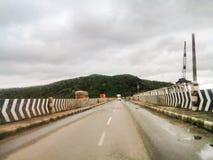 Fahrzeuge auf Brücke stockbilder