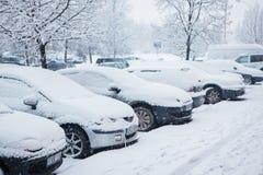 Fahrzeuge bedeckt mit großer Menge Schnee Stockfotografie