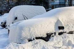 Fahrzeuge bedeckt mit Schnee Stockbild