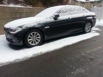 Fahrzeuge bedeckt mit Schnee im Winterblizzard im Parkplatz Lizenzfreie Stockfotos