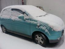 Fahrzeuge bedeckt mit Schnee im Winterblizzard im Parkplatz Lizenzfreies Stockfoto