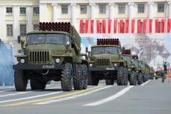Fahrzeuge BM-21-1 (Absolvent) in der Spalte der militärischer Ausrüstung St Petersburg Stockfotografie
