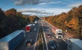 Fahrzeuge in der Bewegung auf beschäftigter ländlicher Autobahn lizenzfreies stockbild