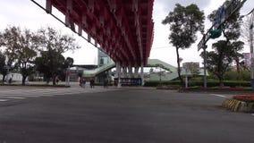 Fahrzeuge, die auf Straße am Stadtzentrum in Taipeh, Taiwan laufen stock video