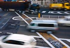 Fahrzeuge, die in Stadt laufen lizenzfreie stockfotos