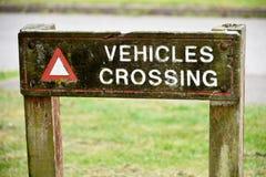 Fahrzeuge, die Zeichen kreuzen Lizenzfreie Stockfotografie