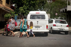 Fahrzeuge falsch gestoppt über dem Fußgängerübergang Stockbild