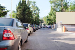 Fahrzeuge geparkt im Parkplatz stockfotos