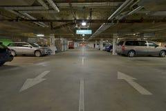 Fahrzeuge im Untertageparkade lizenzfreie stockfotografie