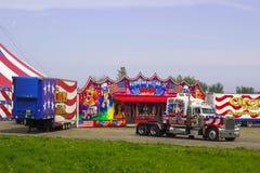 Fahrzeuge und Anhänger des reisenden amerikanischen Zirkusses in Irland lizenzfreie stockfotografie