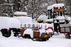 Fahrzeuge unter Schnee Ende Februar Stockfotografie