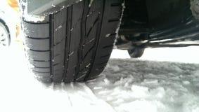 Fahrzeugfahren auf Winterschnee Stockfotos