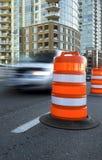Fahrzeuggeschwindigkeiten hinter einem großen, orange Verkehrskegel Stockbilder
