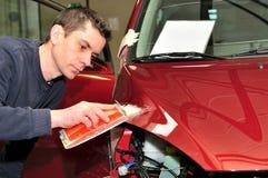 Fahrzeugkarosseriereparatur. Stockbilder
