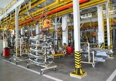 Fahrzeugkarosseriesonderkommandos im Schweißensshop der Autofabrik Stockbild