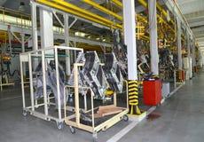 Fahrzeugkarosseriesonderkommandos im Schweißensshop der Autofabrik Stockfotografie