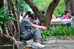 Fahter beten, damit sein Sohn 120 in 4.200 ist Lizenzfreie Stockfotografie