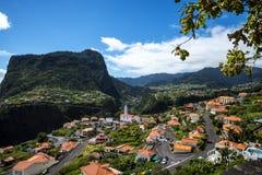 Faial和Penha de A?  guia或老鹰岩石,马德拉岛,葡萄牙看法  库存照片