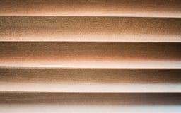 Faible lumière par la jalousie en bois Photo stock