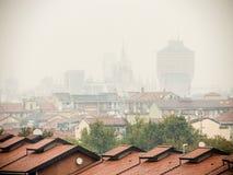 Faible luminosité sur l'horizon de Milan Photographie stock