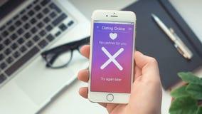Failed che cerca il partner a datare app sullo smartphone archivi video