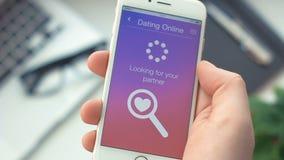 Failed che cerca il partner a datare app sullo smartphone video d archivio