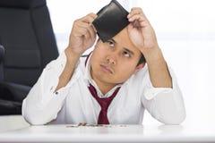 Failliet, brak en frustreerde de mens heeft financiële problemen met muntstukken verlaten op de lijst en een lege portefeuille stock afbeelding