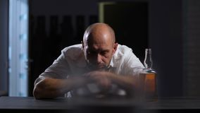 Failliete ondernemer in alcoholmisbruik thuis stock footage