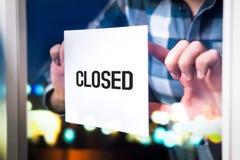 Faillissement, ontbroken zaken of openingstijdenconcept die dalen stock foto's