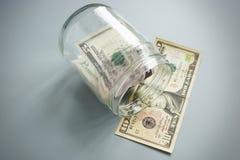 Faillite ou insolvabilité et problèmes avec l'argent Pot en verre avec l'argent liquide images libres de droits