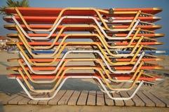 Fainéants de Sun empilés sur la plage Photos libres de droits