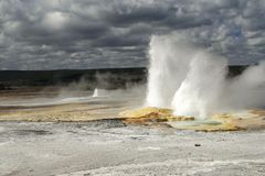 Faire éruption le geyser au stationnement national de Yellowstone. Images libres de droits