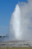 Faire éruption le vieux geyser fidèle Images libres de droits