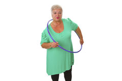 Faire aîné de dame gymnastique avec le hula-cercle Photographie stock