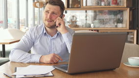 Faire appel d'homme d'affaires au téléphone clips vidéos