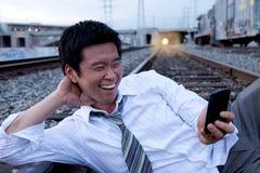 Faire appel de téléphone portable aux pistes de train photo stock