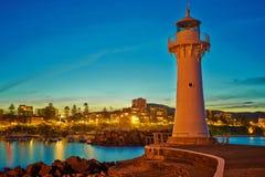 Faire bon accueil à la nuit au phare de brise-lames Image libre de droits