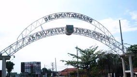 Faire bon accueil à la porte dans la ville de Pekalongan banque de vidéos