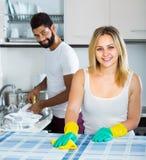 Faire de aide de fille de mari nettoient Images libres de droits