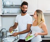 Faire de aide de fille de mari nettoient Image libre de droits