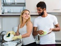 Faire de aide de fille de mari nettoient Photo stock